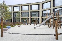 Une école et une aire de sport