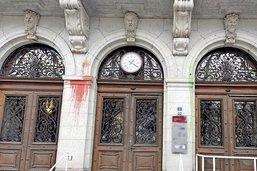 Extinction Rebellion souille des bâtiments à Fribourg