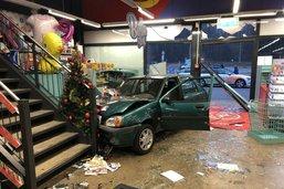 Une voiture termine sa course dans un magasin de jouets
