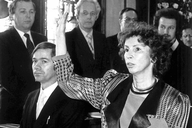 Conseillère d'Etat fribourgeoise Roselyne Crausaz (1986-1991) en train de prêter serment. © La Liberté